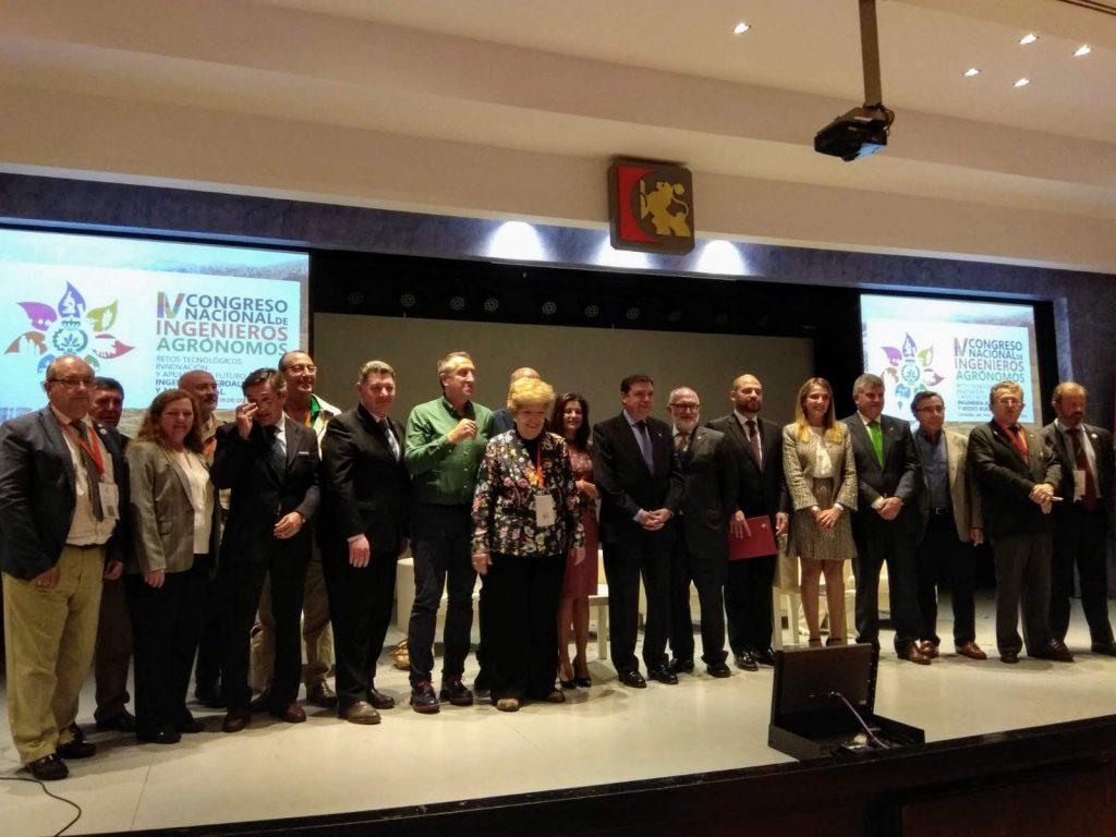 Foto de familia al final de l'acte de cloenda del IV Congrés Nacional d'Enginyers Agròmons - Conagrónomos18